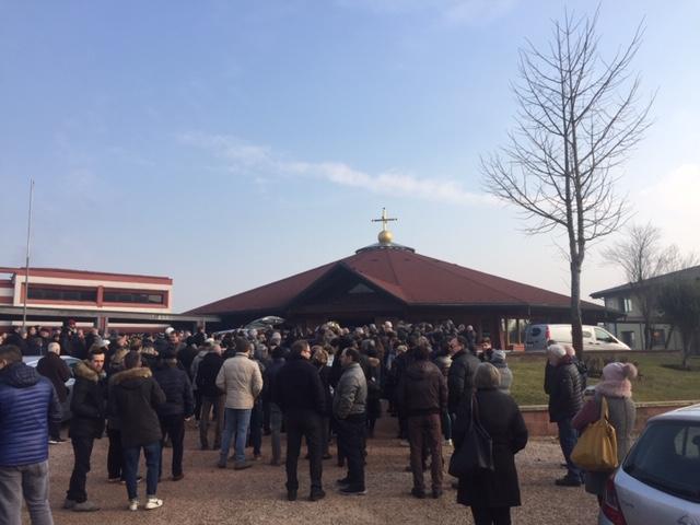 Una moltitudine di gente per l'ultimo saluto a Cristian. Don Grandi: