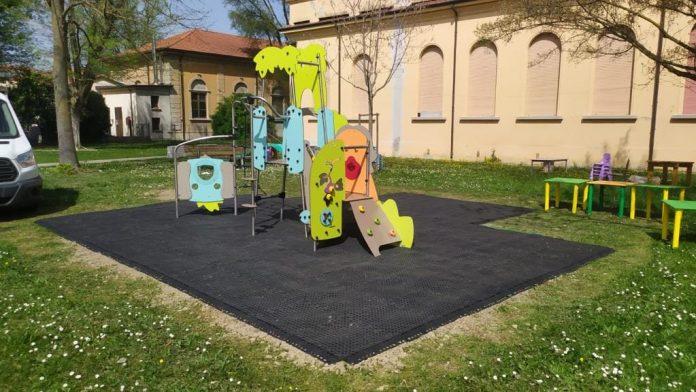 A Suzzara prosegue l'installazione dei giochi nelle scuole materne