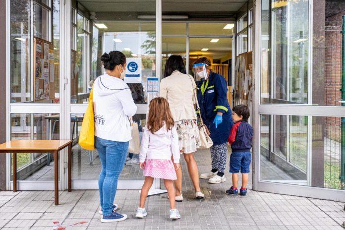 Scuola, accoglienza all'esterno per i genitori sprovvisti di green pass